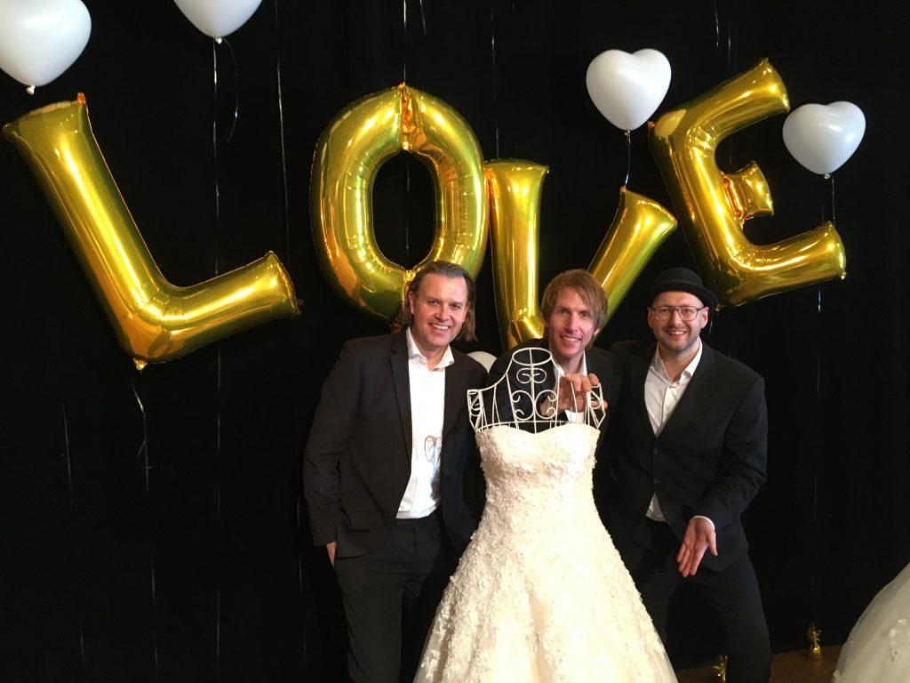 Die Dreimannband ist eine Hochzeitsband.